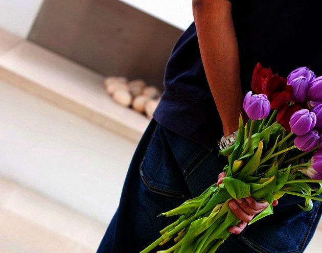 Как правильно подарить цветы? Как романтично и красиво вручить букет 📖